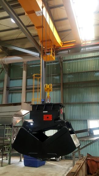 Self-Load Clamshell Bucket on crane